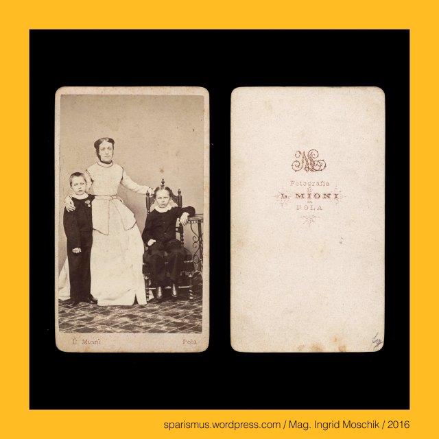 L. Mioni, Luigi Mioni (aktiv 1862 – 1902 als Photograph in Pula – Pola und Triest – Trieste), Pola – k.k. Marine-Kaserne (1861-63 bis 1867) = k.u.k. Marinekaserne (1867 bis 1918) im Marineviertel San Policarpo, Pola – k.k. Marine-Spital = k.k. Marinespital (1861-63 bis 1918) im Marineviertel San Policarpo , Pola Pula Pulj - Sveti Polikarp = San Policarpo = St. Polycarp of Smyrna = Sankt Polykarp, Polykarp von Smyrna (circa 69 – 155 Smyrna) – Bischof von Smyrna in Kleinasien = Izmir in der Türkei, Pola - Porta Gemini = Dvojna vrata = Twin Gate = Double Gate = Zwillingstor in Pola Pula Pulj aus dem 2./3. Jahrhundert, Pola Pula Pulj – Hafenpanorama, Milchmädchen Milchmaid Milchmagd Milchverkäuferin, Schiffskanone auf Lafette, S.M.S. Custoza = SMS CUSTOZA (1869-1874 in Triest gebaut – 1920 verschrottet), S.M.S. CUSTOZA = SMS CUSTOZZA, S.M.S. Custoza – Panzerschiff - Kasemattenschiff, S.M.S. Custoza - Seekadetenschiff , Pola - S.M.S. Custoza – Quartierschiff, Pola - Oliveninsel = Oliven-Insel = Scoglio Olivi, Oliveninsel-Brücke, k.k. Seearsenal Pola (1856-58 bis 1918), k.u.k. Kriegsmarine, scoglio = scoclus = scoplus = scopulus = skopleos = lookout place = headland, scoglio = projecting rock = cliff in the sea = promontory = difficulty = risk = bug, Pola = Pula = Pulj = Pola Pollentia =  Colonia Pietas Iulia Pola = Pollentia Herculanea, Triest = Trieste = Trst, Istrien =  Istra Istria Eistria Histria, Kroatien = Hrvatska, Rathaus auf dem Forum in Pola (1296 bis heute), Pola - Tempel der Diana, Pula – Forum, Pola - Tempel des Augustus und der Roma auf dem Forum (2 BC – 14 AD – today), Pola - Temple of Augustus in Pula, Pola - Temple of Pola in Istria, Augustov hram  - Pulj forum, Marinecasino = Casino di Marina (1872 - heute), Pola - Marine-Casino (1872  - heute), Pola - Marine-Offizierscasino, Pola - Werft shipyard dockyard wharf, Pola - Segeldampfschiff Dampfsegler Segeldampfer sailing steamer sailing steamboat, Pola - Porta Aurea der Via flavia (27 BC – 1829 AD), Pola 
