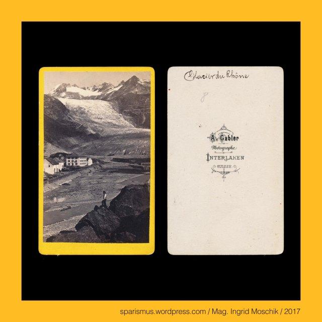 """A. GABLER, A. Gabler – Interlaken, Johann Adam Gabler (1833-1888) – Schweizer Fotograf von etwa 1861 bis 1888, Johann Adam Gabler (1833 Ottowind in Sachsen DE – 1888 Interlaken CH) – schweizerischer Photograph des 19. Jahrhunderts, Arthur Gabler – Sohn von Johann Adam Gabler und Schweizer Fotograf von etwa 1888 bis nach 1900, Schweiz – Kanton Wallis – Rhonegletscher = Le Glacier du Rhone = Rhone Glacier, Schweiz – Kanton Wallis – Rhonegletscher = Rottengletscher , Schweiz – Kanton Wallis – Rhonegletscher – 8 km langer Talgletscher in den Schweizer Zentralalpen von 3620 auf 2200 m ü.A., Schweiz – Kanton Wallis – Rhone – 812 km langer Fluss vom """"Rhone-Ursprung"""" bis """"Rhone-Mündung"""" bei Port-Saint-Louis ins Mittelmeer, Schweiz – Kanton Wallis – le Rhone = der Rotten = die Rhone = Rottu – lat. Rhodanus – gr. Rhodanos – PIE *ret- """"to run roll rollen rennen rasen retten"""", Schweiz – Furkapass – 2429 m ü.A. hoher Schweizer Strassenopass zwischen Kanton Uri im Westen und Kanton Wallis im Osten, Schweiz – Furkapass-Strasse – 1864-66 erbaute Pass-Strasse in den Schweizer Zentralalpen, Schweiz – Furkapass – Furka – Furgga – Fürggel – lat. fuorcla - lat. furca """"zweizinkige Gabel Kerbe Scharte Joch Pass"""", Schweiz – Berner Oberland – Grimselpassstrasse, Schweiz – Berner Oberland – Grimselstrasse, Suisse – Oberland Bernois – Pasage du Grimsel, Schweiz – Berner Oberland – Grimselsee, Schweiz – Berner Oberland – Grimselpass, Suisse – Oberland Bernois – L'Hospice du Grimsel, Swiss – Bernese Oberland – Hospice on the Grimsel, Suisse – Oberland Bernois – Lac de la Grimsel, Schweiz – Berner Oberland – Grimsel, Schweiz – Berner Oberland – Grimsel – Grymslun (1397) – Etymologie 1 mhd. grimi """"enge Stelle"""" + sol """"Seelein = """"See beim engen Pass-Übergang"""". Schweiz – Berner Oberland – Grimsel – Grymslun (1397) – Etymologie 2 mlat. crematiola crematiolum """"kleine Erhebung"""" – mlat. cremia """"Bühl Hügel Kulle"""", Schweiz – Berner Oberland – Grimsel – Grymslun (1397) – Etymologie 3 mhd. grim + sol """"wilde"""