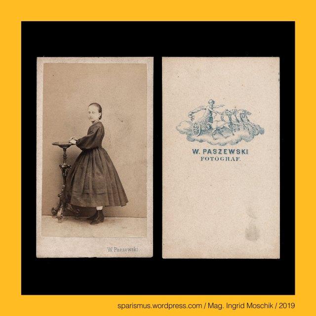 """W. Paszewski – Fotograf in Klosterneuburg bei Wien und Istanbul in den 1860-70ern, W. Paszewski - """"W. Paszewski"""", W. Paszewski  - """"W. PASZEWSKI - FOTOGRAF."""", W. Paszewski - """"W. PASZEWSKI – FOTOGRAF – KLOSTERNEUBURG bei WIEN – nach der Natur photografirt – Mit Vorbehalt des gesetzlichen Schutzes gegen jede Art der Vervielfältigung"""", Paszewski = Pasewski = Paschewski – Etymologie 1 """"der Weideland hat"""" - urslawisch *pasa """"das Weiden – fodder - graze"""" – PIE *pa- """"to feed"""" - pasture pastura food Futter feed, stehendes Mädchen, standing girl, Mag. Ingrid Moschik (*1955 Villach - ) – Spurensicherung """"IM NAMEN DER REPUBLIK"""" Österreich, Dr. Timm Starl (*1939 Wien - ) - österreichischer Kulturwissenschaftler Fotohistoriker Ausstellungskurator FOTOGESCHICHTE-Gründer"""